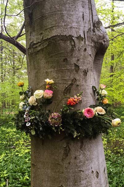 Baum mit Blumenkranz