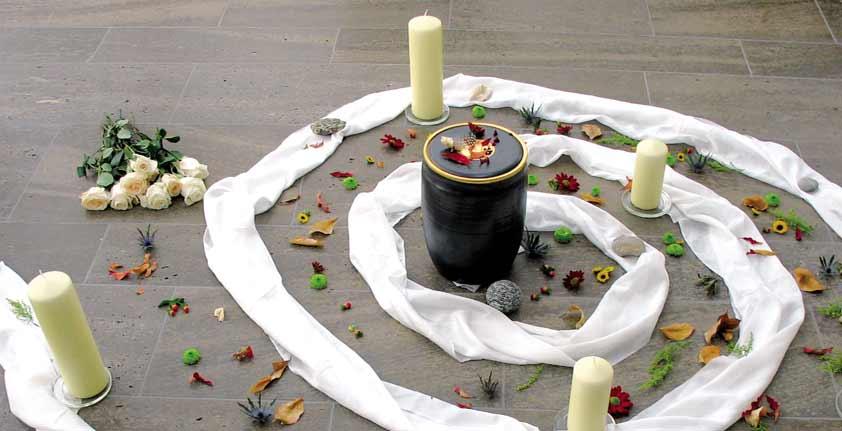 Kerzenspirale, Urne, Naturmaterialien