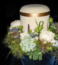 Urne mit Blumengesteck